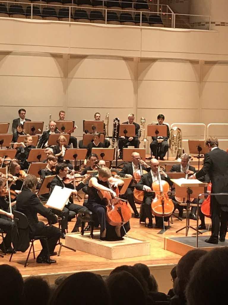 """Franziska Batzdorf als Solocellistin beim 2. Philharmonischen Konzerts """"Langsamer Abschied"""""""