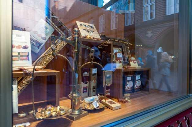 Lübecker Marzipan - Auslage mit Niederegger Produkten