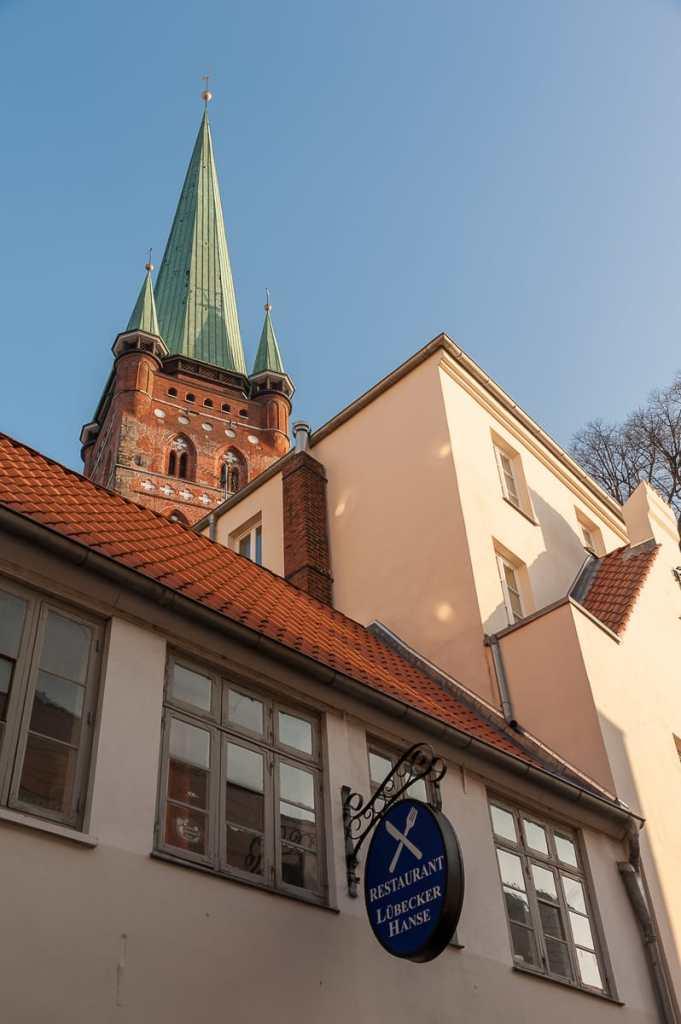 St. Petri schaut zwischen den Häusern hervor