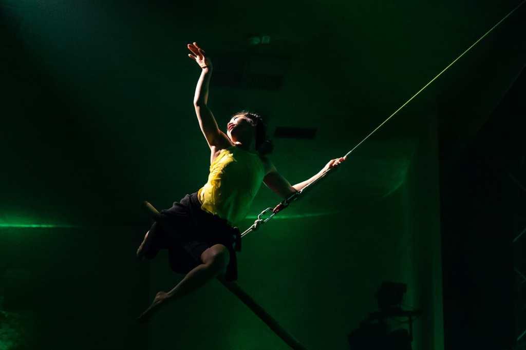 Mrs. Phan Thi Trang schwebt an der Flying Bambus Pole über dem Publikum.