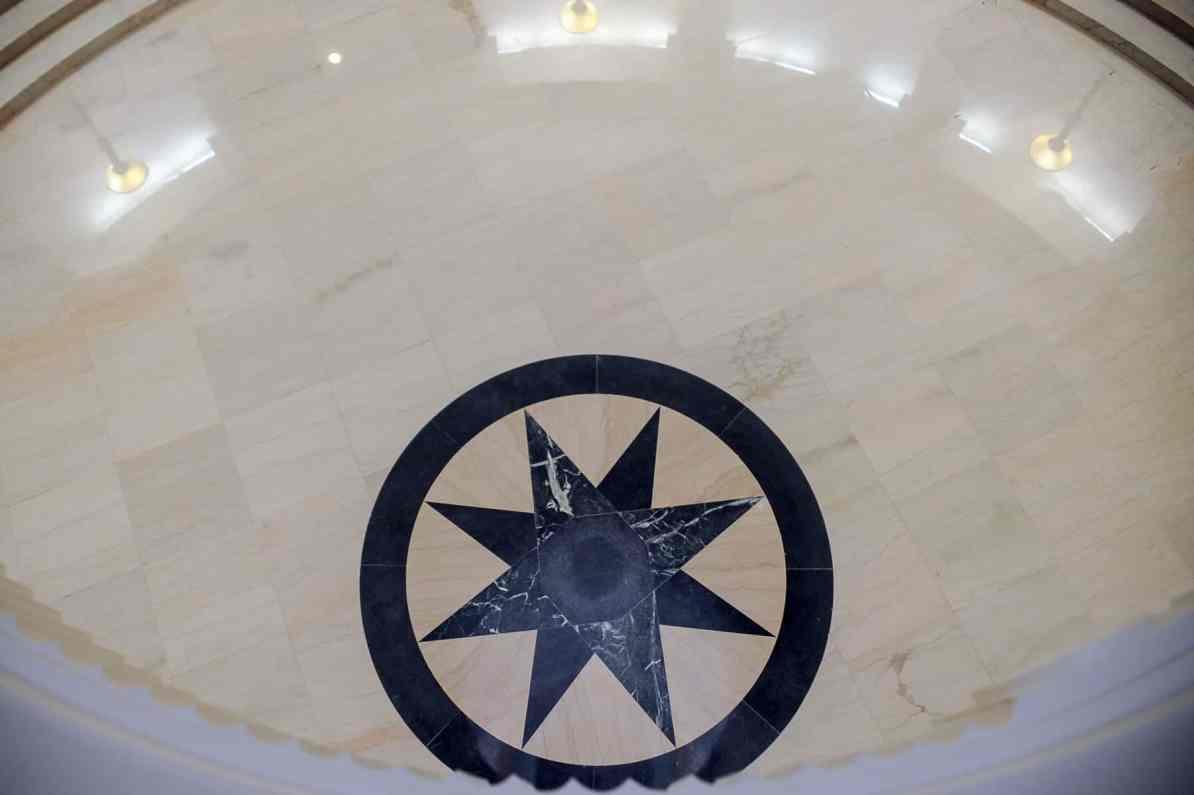 """Blick aus der Rotunde 13 feet nach unten auf den """"Black Star"""" im Pool"""