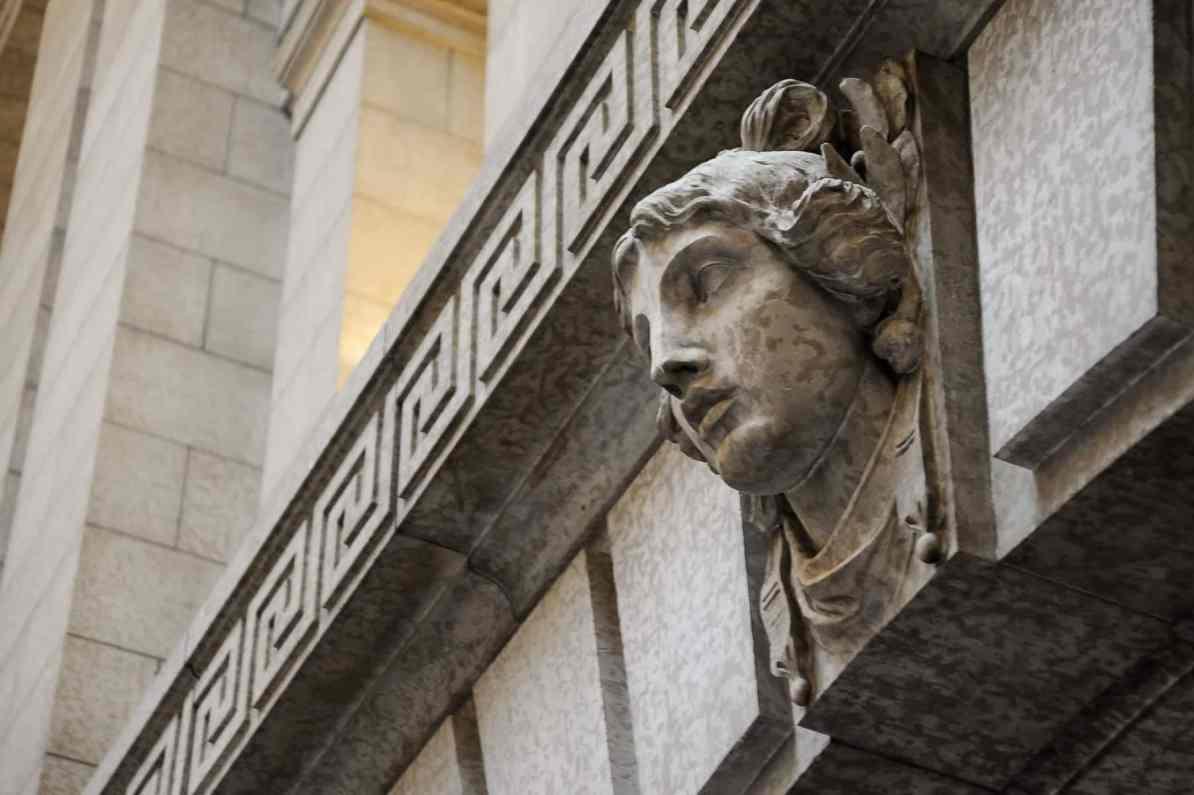 Athene am gegenüberliegenden Eingang zur großen Halle