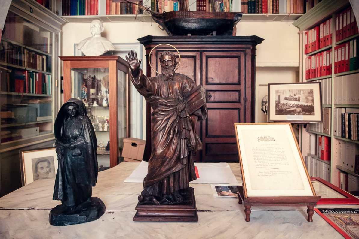 Statue in der Bibliothek mit der typischen Robe einer Malteser Dame (links)