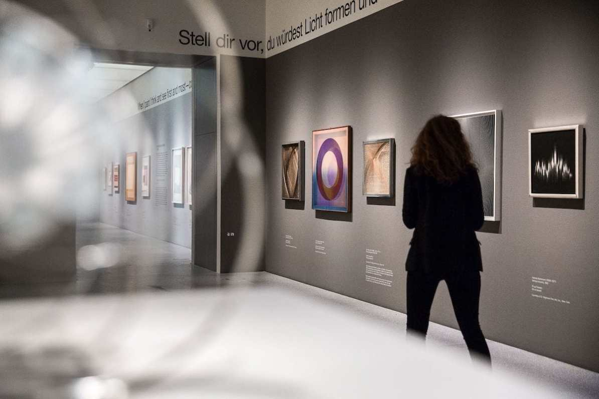 Blick in die Ausstellung mit Bildern von Sue Fuller, Xanti Schawinsky und Hannes Beckmann. Foto: LWL/Christoph Steinweg
