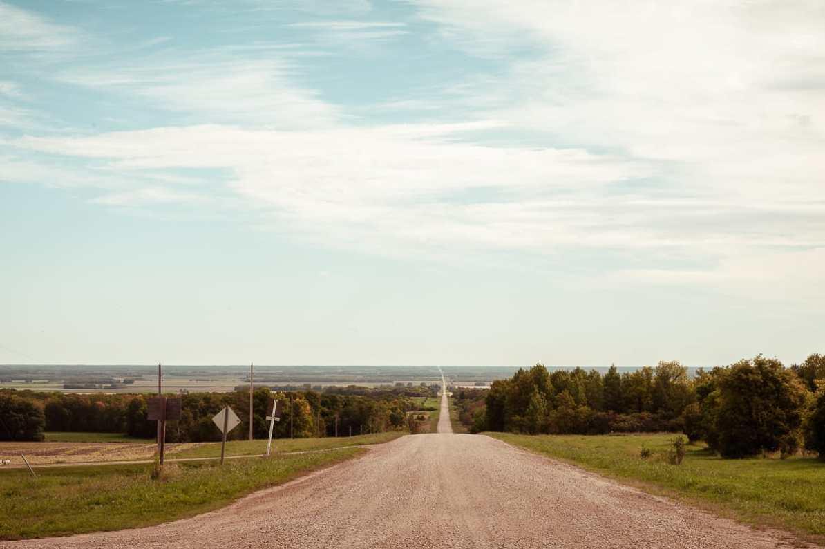 Blick auf die Straße, die uns zum Osttor führte. Eine Schotterstraße, die einen Hügel hinauf führt.