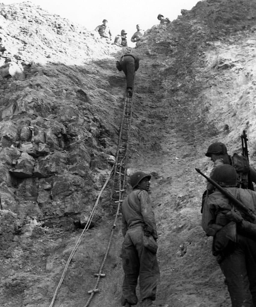 """""""Ranger klettern die Steilküste herauf, 6. Juni 1944"""" Foto: Official U.S. Navy Photograph - history.navy.mil, gemeinfrei via Wikipedia."""