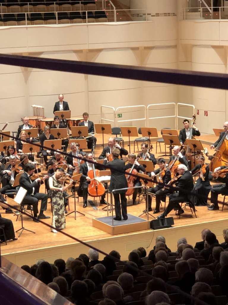 Midori mit den Dortmunder Philharmonikern unter der Leitung von Julia Jones.