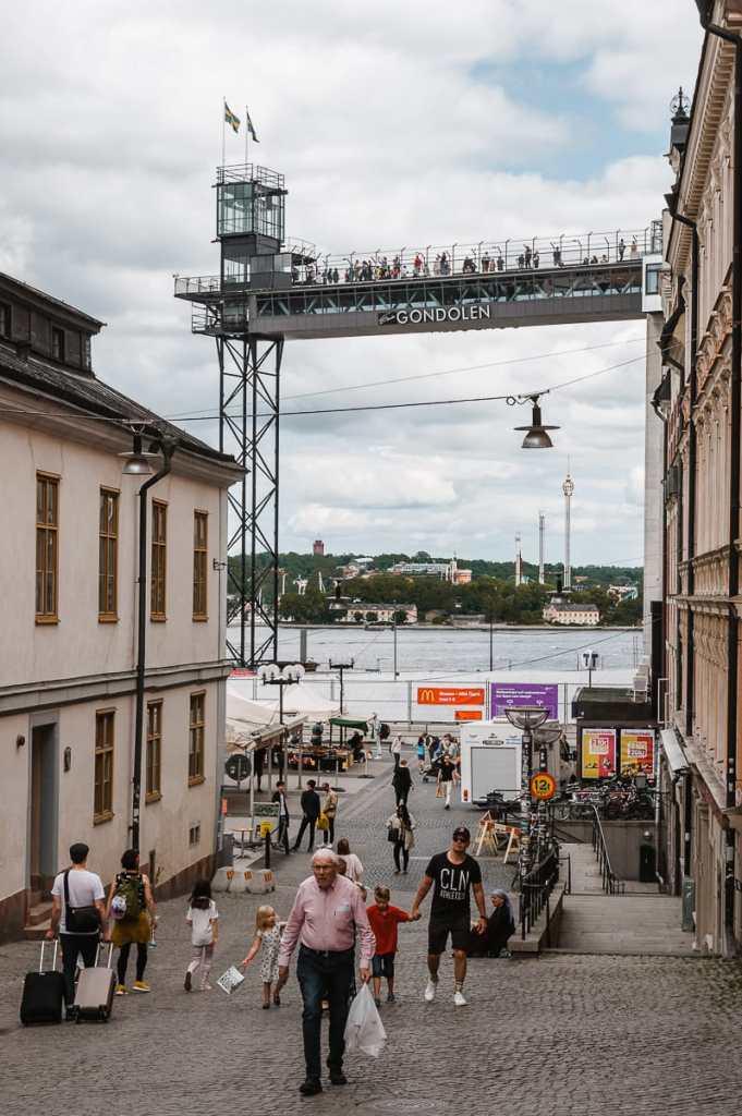 Katarinahissen mit Restaurant Gondolen aus einer Straße heraus mit vielen Menschen fotografiert.