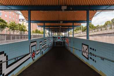 Aufgang der überirdisch liegenden Tunnelbana-Haltestelle Thorildsplan im Mario-World-Design