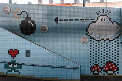 Mario-World-Design auf hellblauen Fliesen