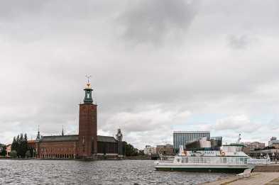 Blick von der Evert Taubert Terass auf das Rathaus, mit Schiff im Vordergrund