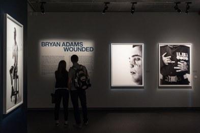 """""""Wounded""""-Eingang als Teil der """"Exposed""""-Ausstellung von Bryan Adams, Fotografiska Museum, 2016"""