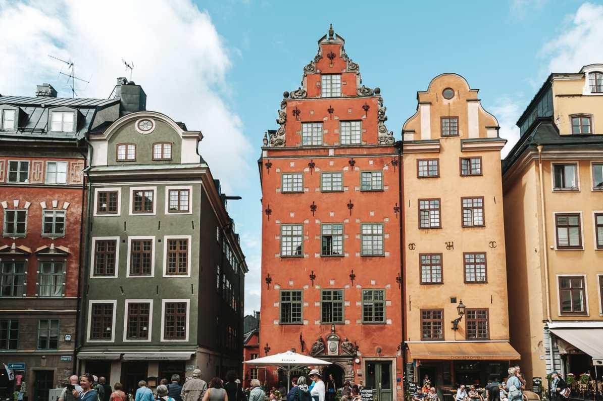 Stortorget - der zentrale Platz in der Altstadt von Stockholm mit bunten, alten Häusern.