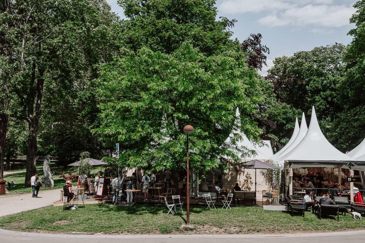 """Zelte von """"Les Epicuriales"""" im Parc de la Boverie"""