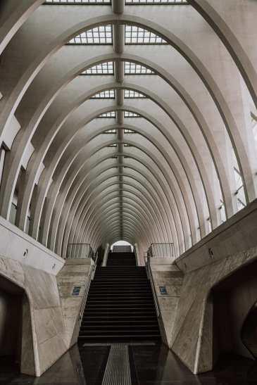 kathedralenartige Treppe im Bahnhof von Lüttich