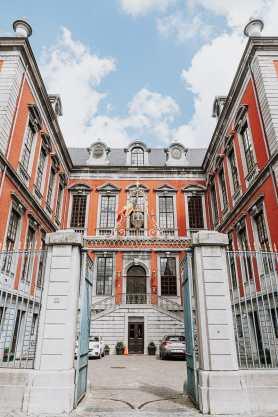 Rückseite von La Violette, dem Rathaus von Lüttich mit Innenhof und beeindruckendem Tor.