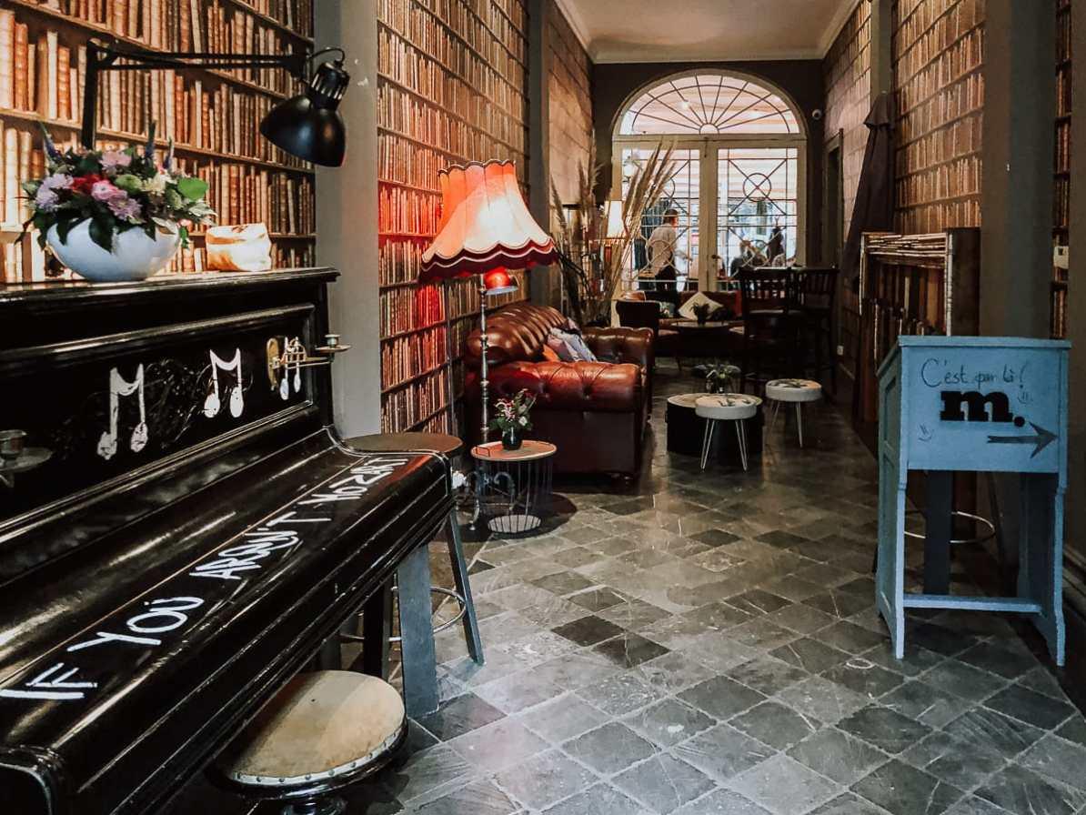 Eingangsbereich Bar Brutàl im Kathedralenviertel, bemaltes Klavier und Lounge