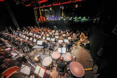 ungewöhnliche Perspektive auf die Dortmunder Philharmoniker, von der Bühne ins Publikum, sehr weitwinklig, um alle Musiker auf das Bild zu bekommen, Foto: Jan Heinze/Stephan Schütze