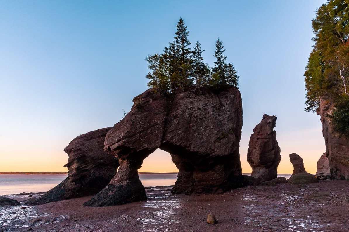 Hopewell Rocks Felsformation in New Brunswick bei Sonnenuntergang und Ebbe.