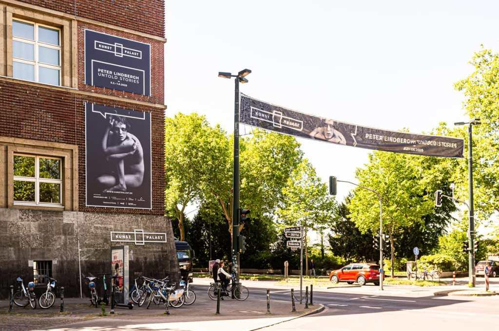 "Plakate zur Ausstellung Peter Lindbergh: ""Untold Stories"" am Kunstpalast in Düsseldorf."
