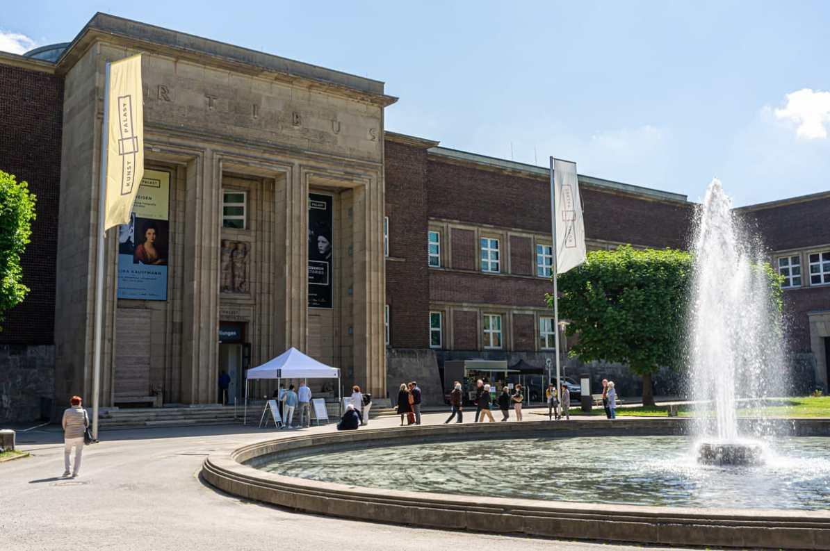 Der Kunstpalast in Düsseldorf im Mai 2020 mit Einlasszelt sowie Schlange wartender Menschen für die Ausstellungen nach der Wiedereröffnung nach dem Lockdown.