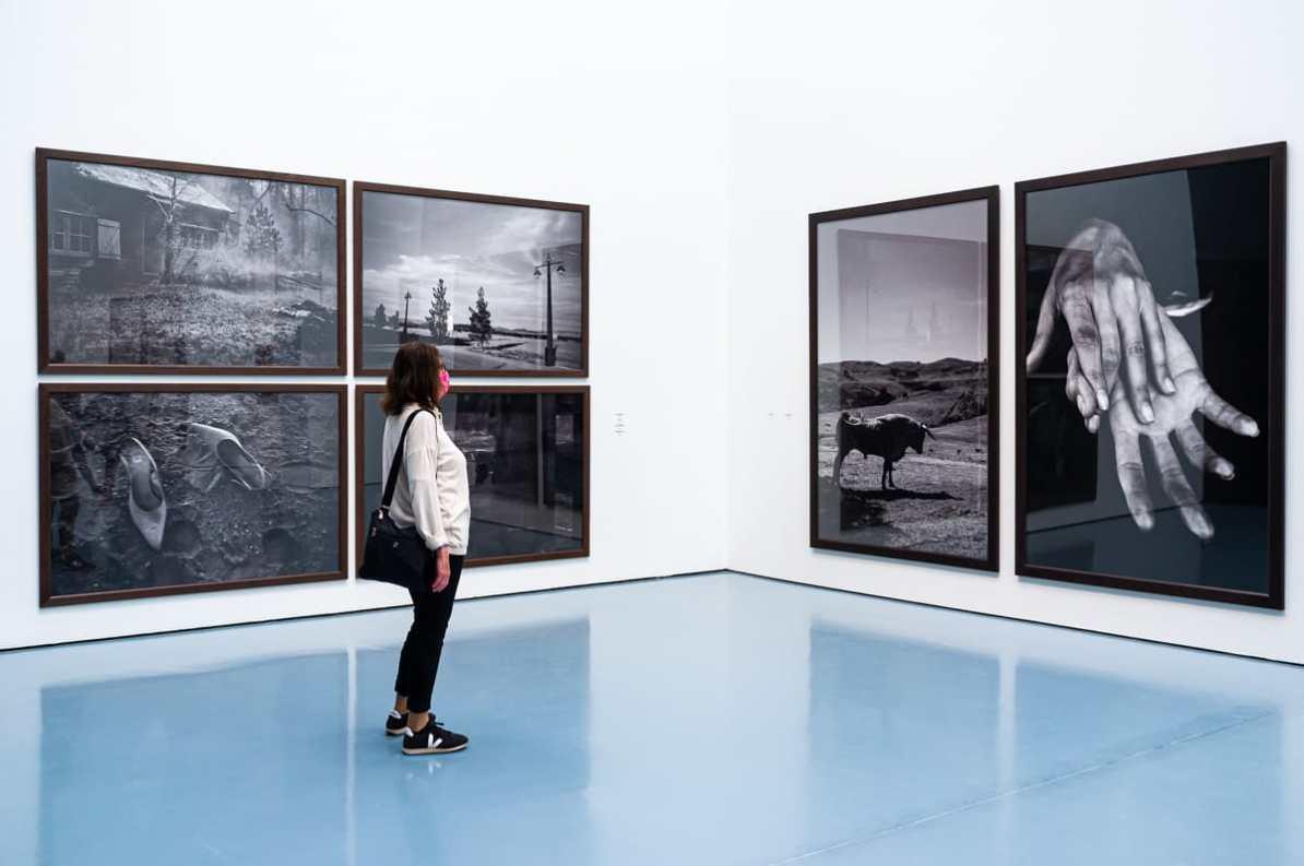 """Schienbar zusammenhanglose Fotos in """"Untold Stories"""" von peter Lindbergh, die Raum für eigene Interpretationen lassen."""