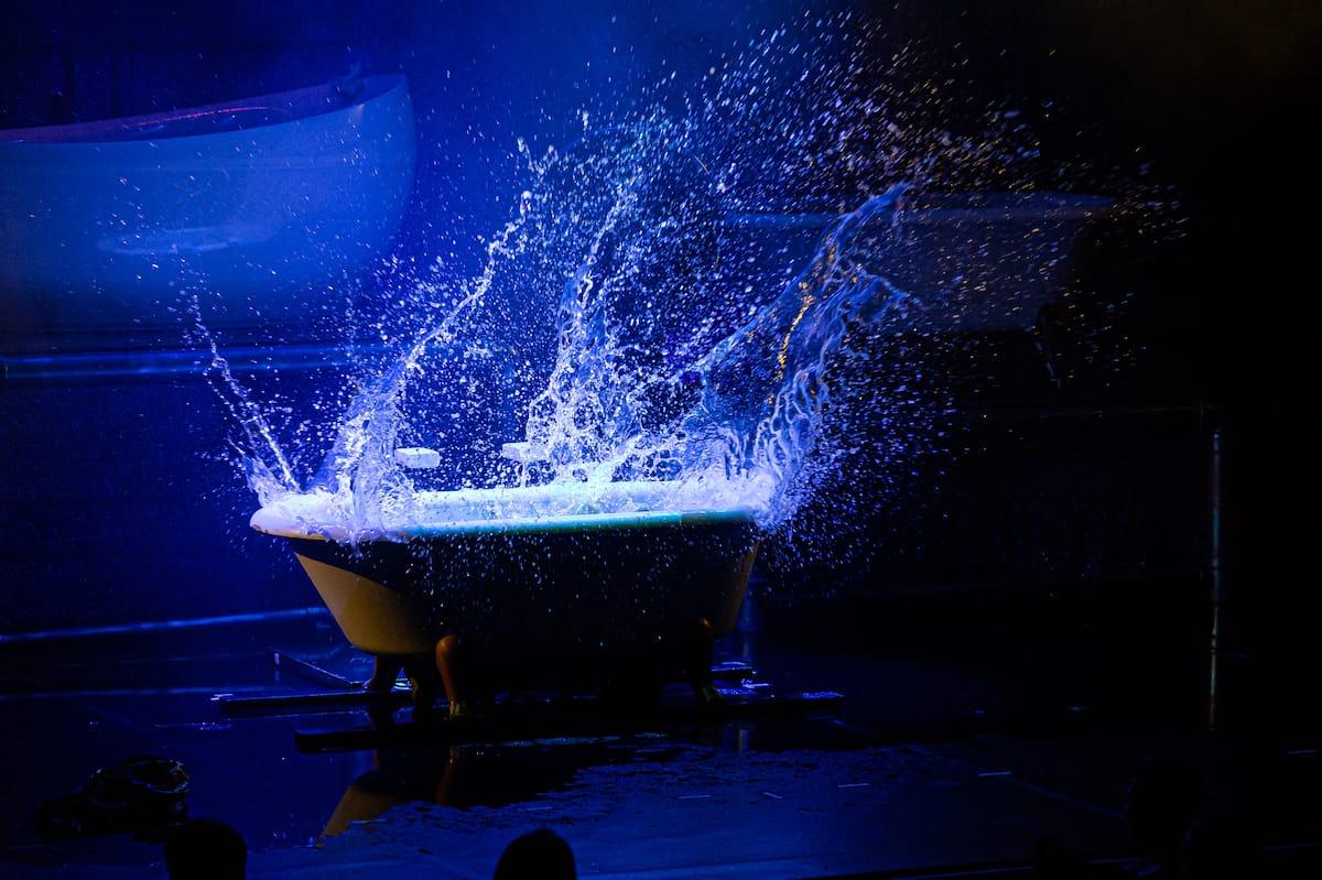 """Splish Splash. Spritzendes Badewannenwasser - """"WET - the show"""" in einem Bild."""
