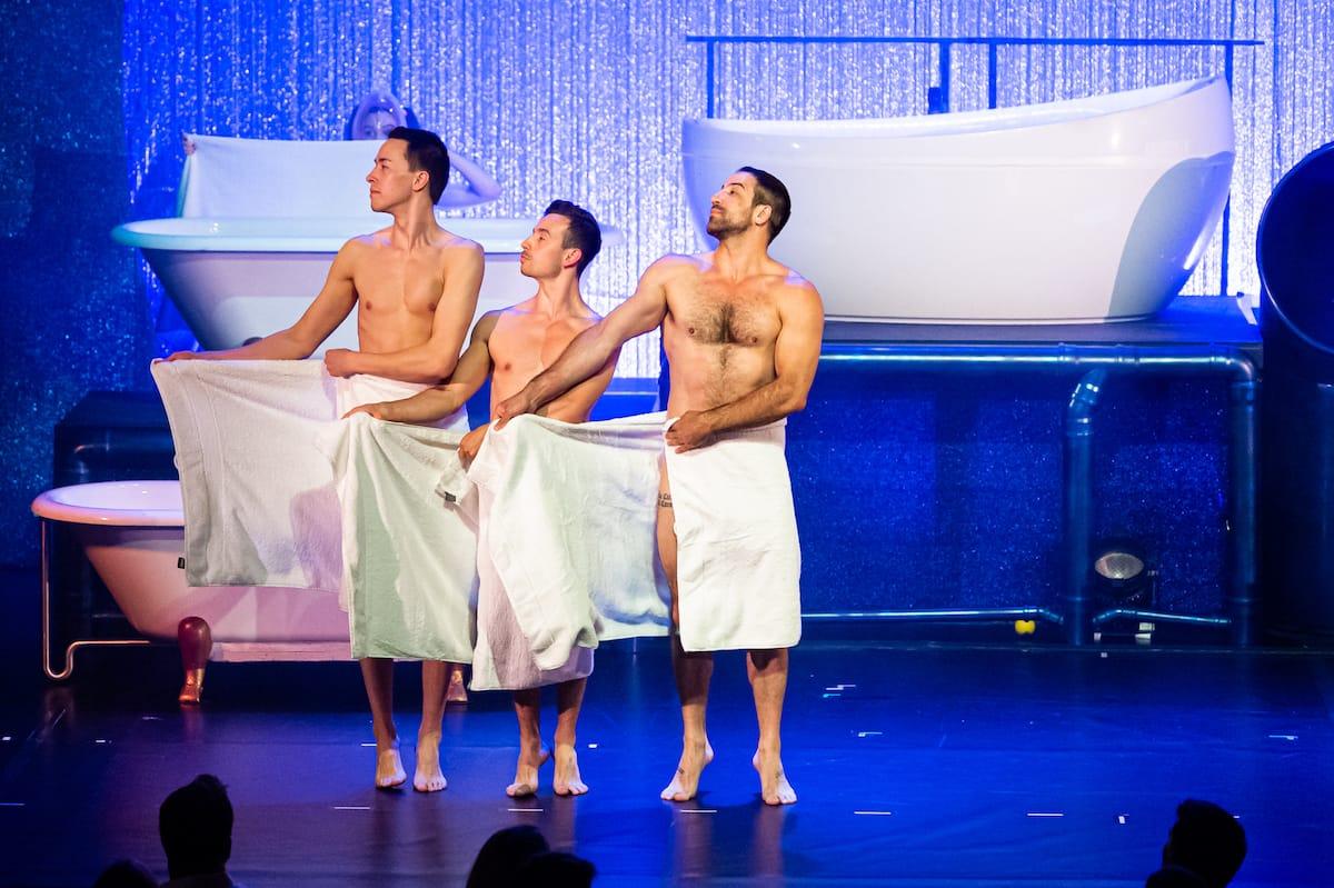 """Männer mit Humor - Iliya Smyslov, Andalousi, Daniel Stern bei """"WET - the show"""", tanzend, nur mit Handtüchern bekleidet."""