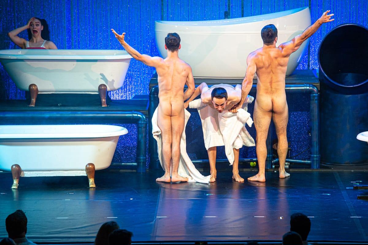 """Männer mit Humor - Iliya Smyslov, Andalousi, Daniel Stern bei """"WET - the show"""", tanzend, nur mit Handtüchern oder weniger bekleidet."""