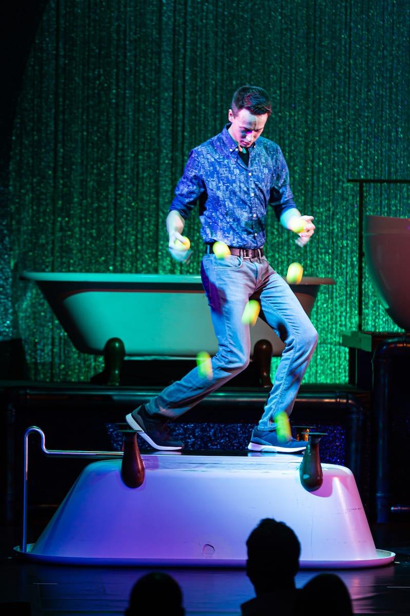 Iliya Smyslov mit sieben Bouncing-Balls beim Jonglieren auf einer umgedrehten Badewanne.