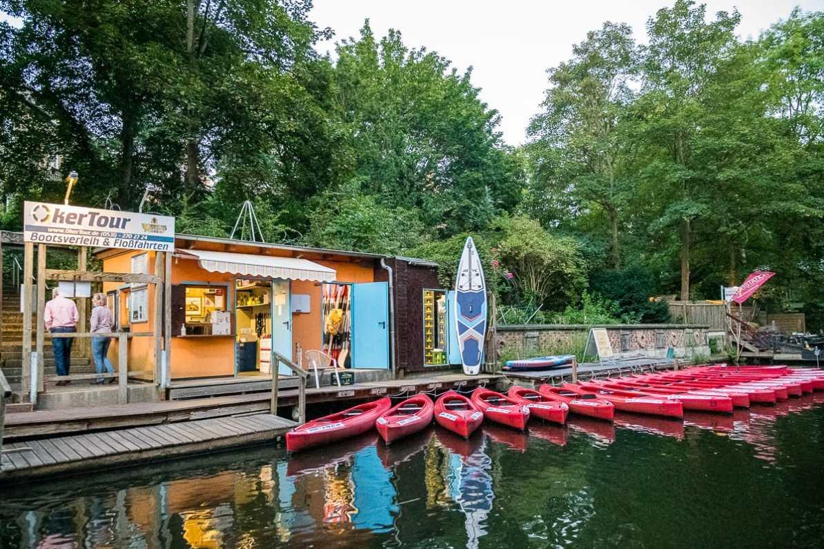 Bootsverleih mit Kanus vor der Ausliehstation auf der Oker in Braunschweig.