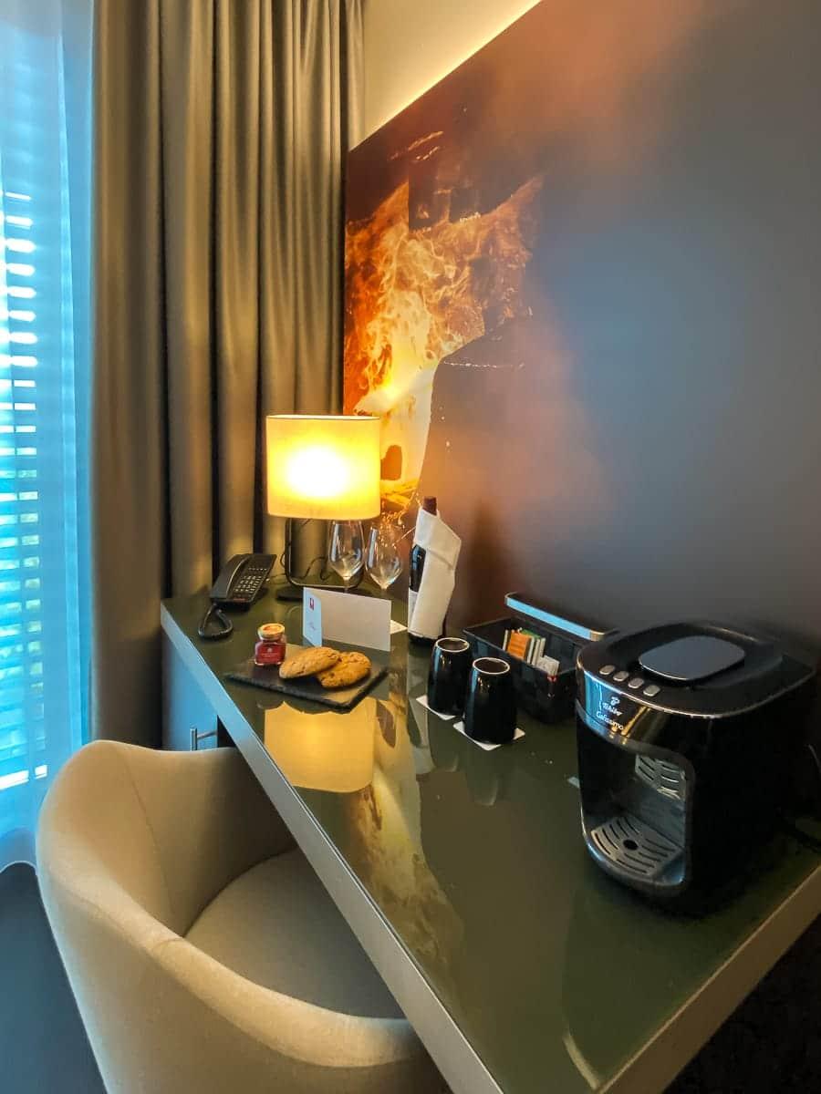 Arbeitsplatz mit Kaffeemaschine im Leonardo Dortmund Hotel.