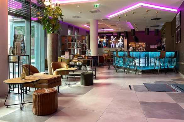 Open Lobby - mit Bar, Sitzecke (und Rezeption)