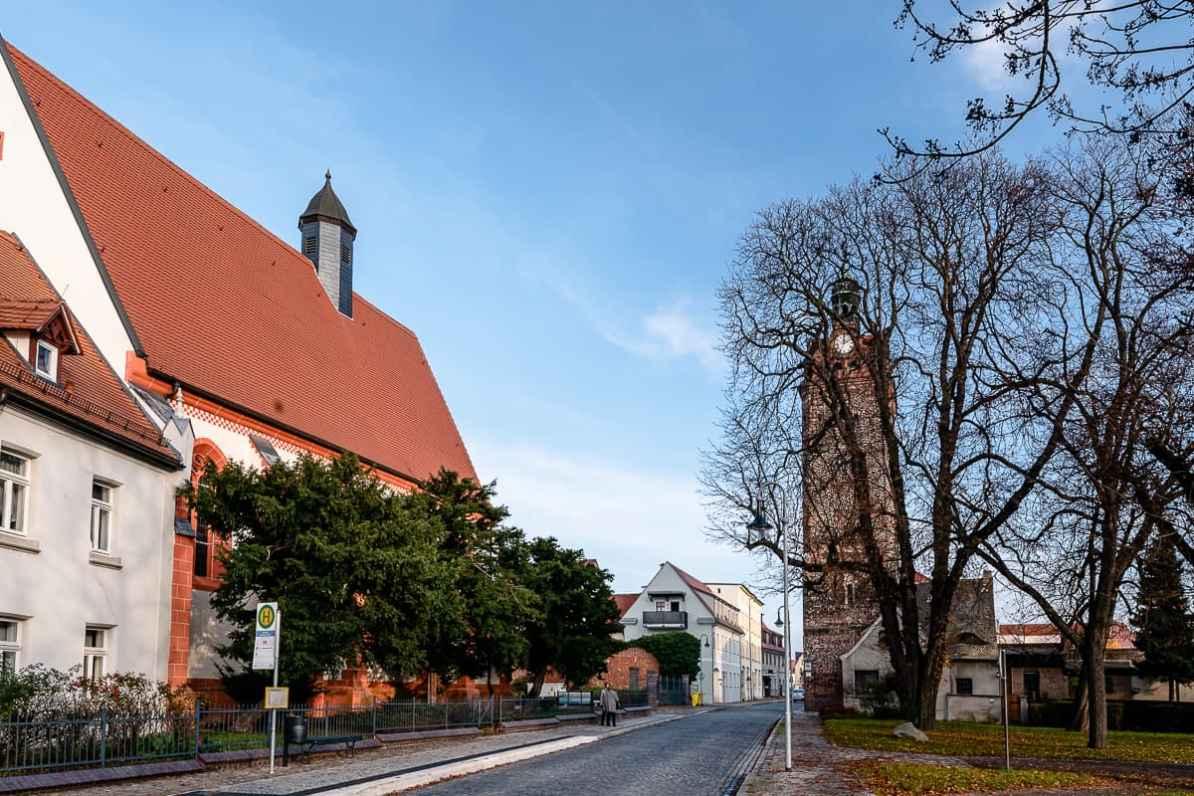 Hospitalkirche St. Georg in der Halleschen Straße sowie Hallescher Turm in Delitzsch.