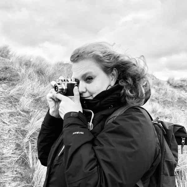 Romy, Autorin und Inhaberin des Blogs, im Wind von Terschelling (Niederlande) beim liebsten Hobby, der Fotografie.