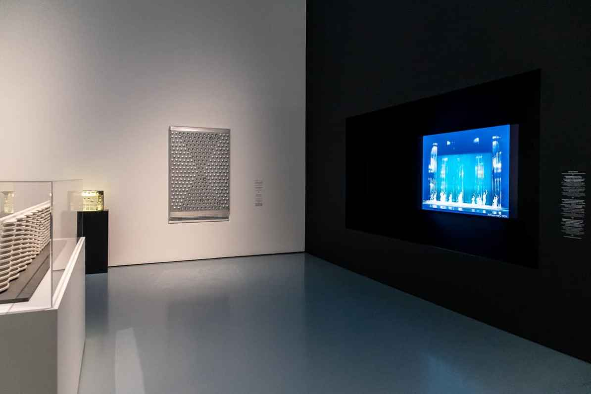 links: Monitor mit Aufzeichnungen von Bühnenaufführungen, bei denen Heinz Macks Bühnenbilder zum Einsatz kamen, links: Modell des Wasservorhangs, in der Mitte: Licht-Reflektor für die Wüste - Aluminium