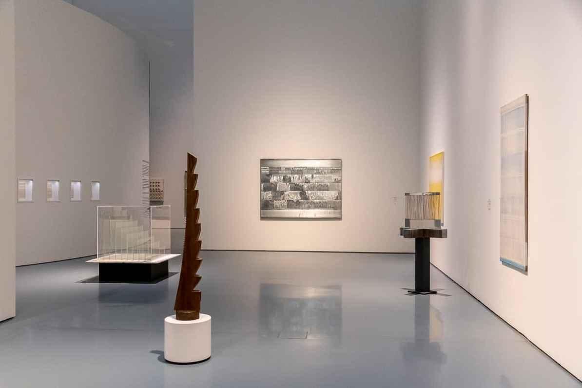 Heinz Mack - Kapitel II der Ausstellung mit Skulptur Melodie im Rhythmus, Eschenholz im Zentrum des Bildes