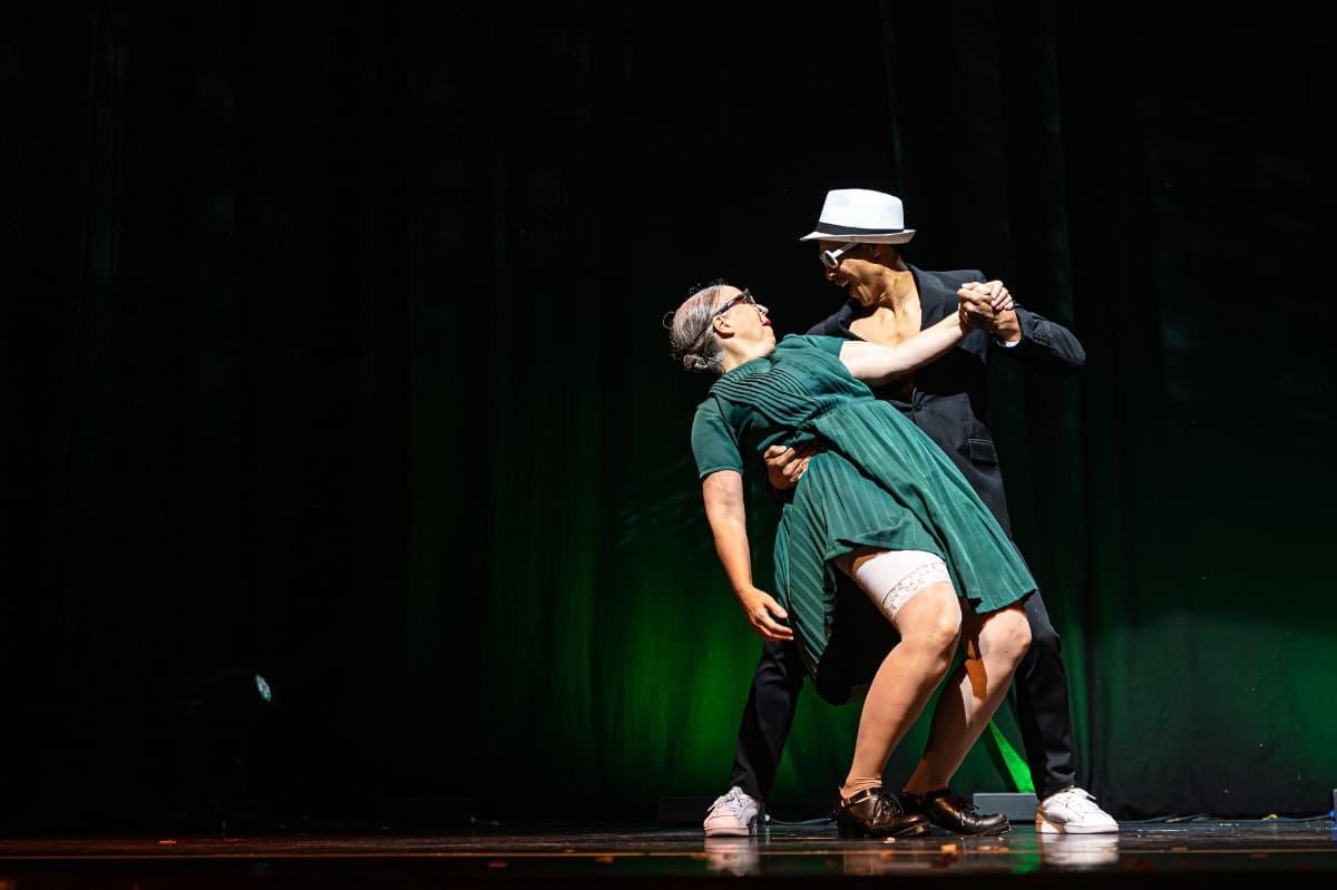 """Rosemie mit einem Tänzer bei """"Wild Boys"""" in Essen."""