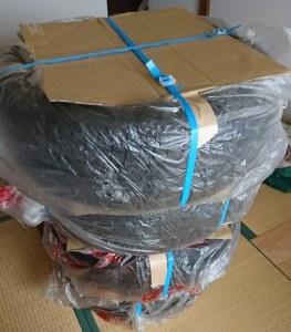 PPバンド・段ボール・ガムテープ梱包されたタイヤ