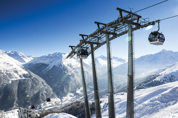 Runs up to 15km long drop 2000m vertical to the village far below © Bergbahnen Solden