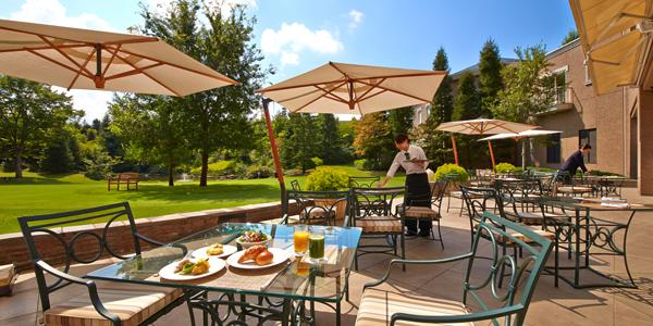 Sendia Royal Park Hotel spring breakfast in the garden