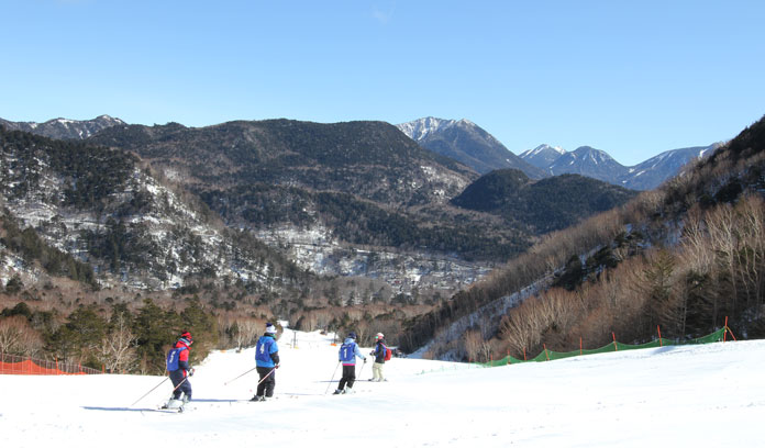 Kids skiing at Nikko Yumoto