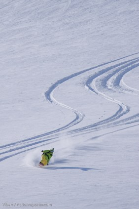 happy-women-mountains-colombie-britannique-snowboard-femme-neige