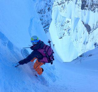 happy-women-mountains-femme-montagne-neige-couloir-split-board