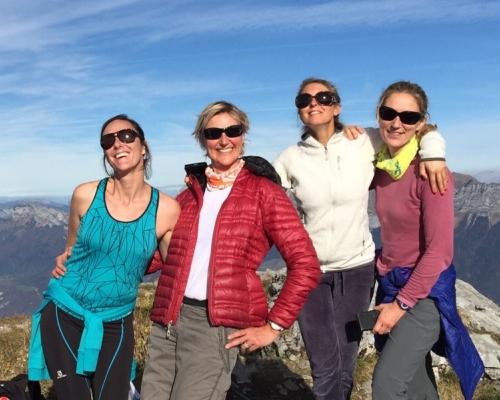 happy-women-in-the-mountains-femmes-montagne-randonnée-ski-skieuse-raquette-balade-informations-guide-essais-groupe
