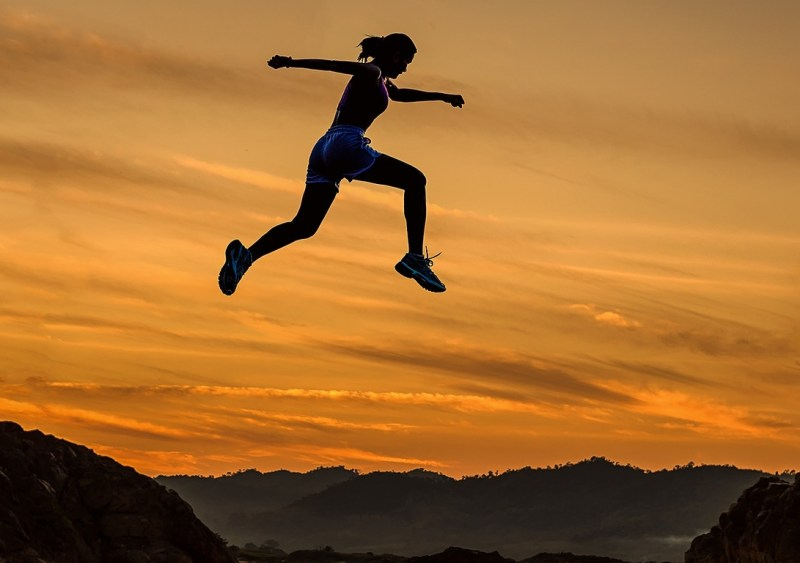 traileuse-course-montagne-randonnee-femme-sport-outdoor-snowflike