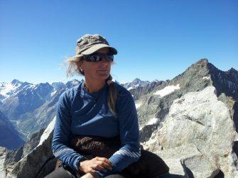 happy-women-mountain-montagne-femmes-ski-skieuse-cueillette
