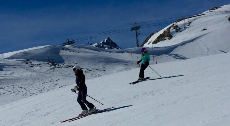 skis-femmes-piste-polyvaments-skieuses-montagne-alpin