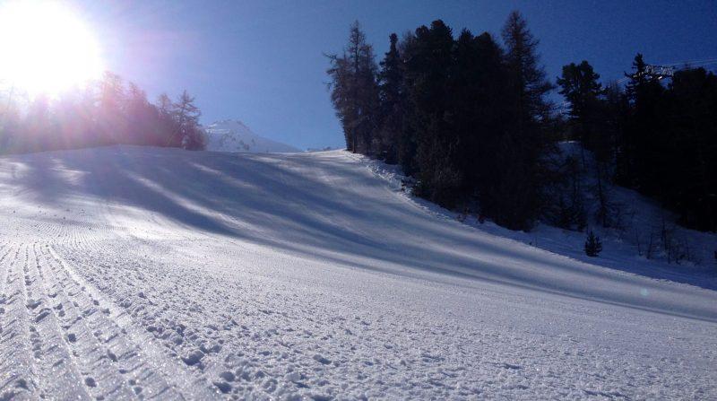 skis-femmes-piste-performance-skieuses-montagne-alpin