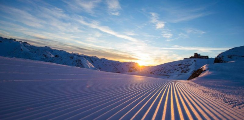 ski-skieuse-montagne-station-savoie-alpes-courchevel